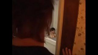 Блондиночка в маске мастурбирует для мужчины на вебку